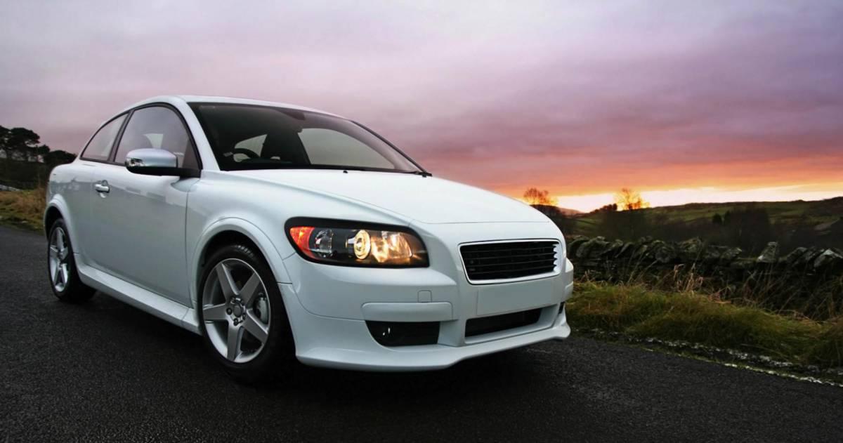 nieuwe witte auto met licht aan